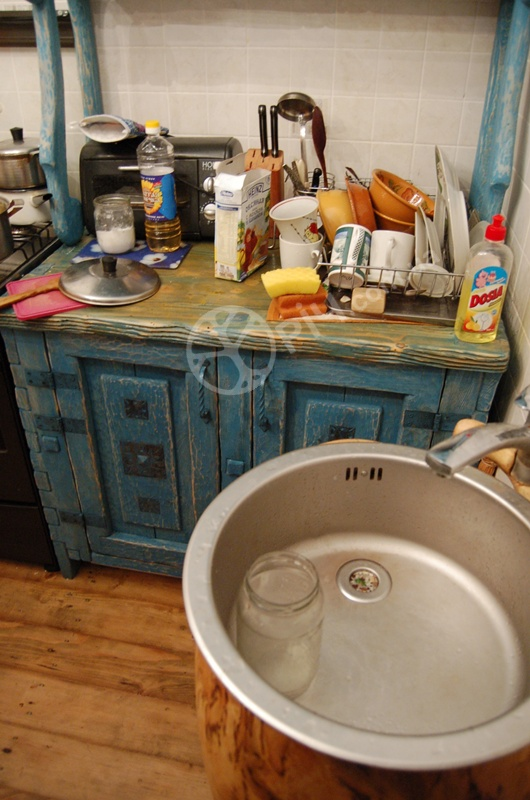 Меблі під старовину. Сервант з дерева в побуті кухні.