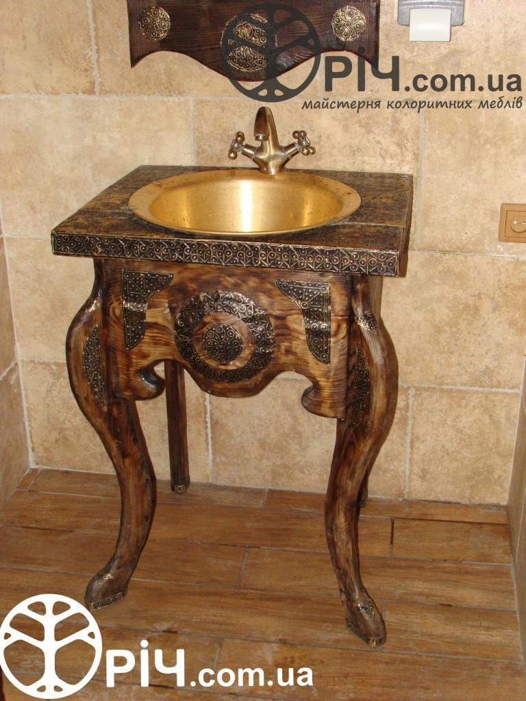 Кантрі стиль. Меблі для ванної кімнати з натурального дерева.чеканка по міді