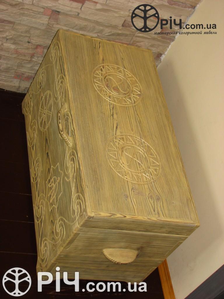 Скриня з дерева. Старовинна символіка. Меблі з сосни під старовину.