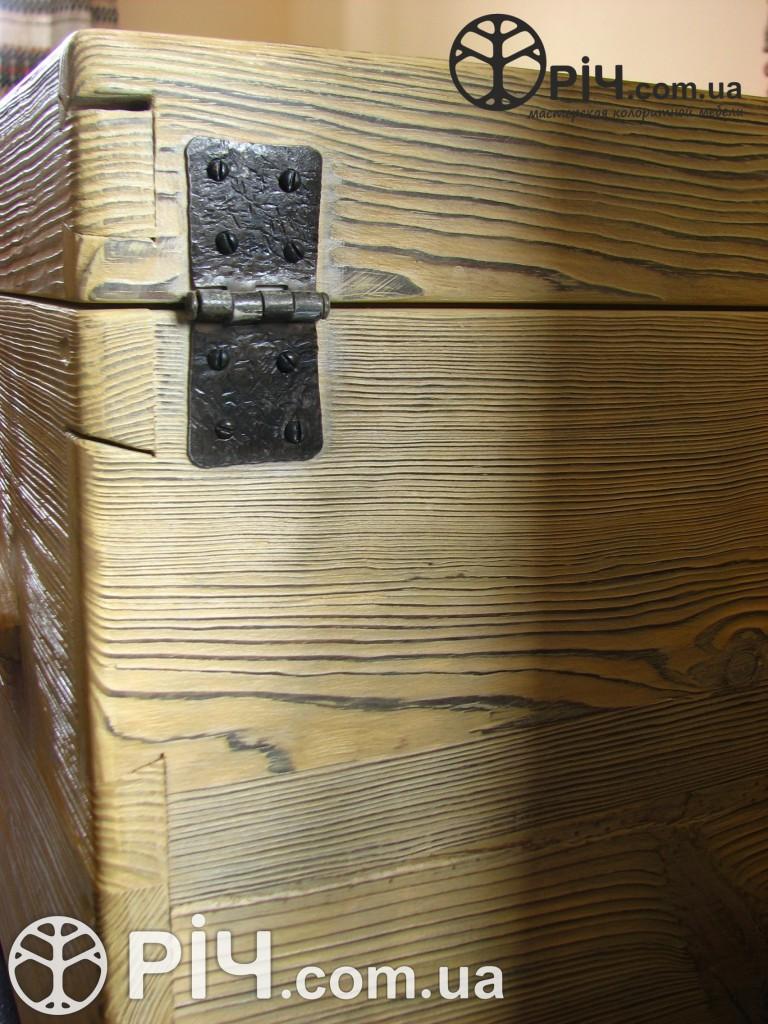 Скриня з дерева. Ковані завіси. Меблі з сосни під старовину.