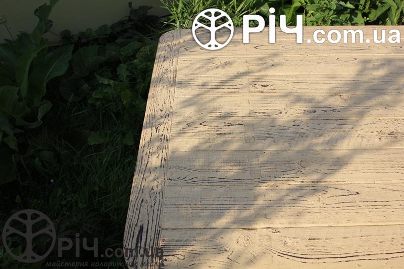 Випалена фасктурна поверхня дерев'яного столу під старовину.