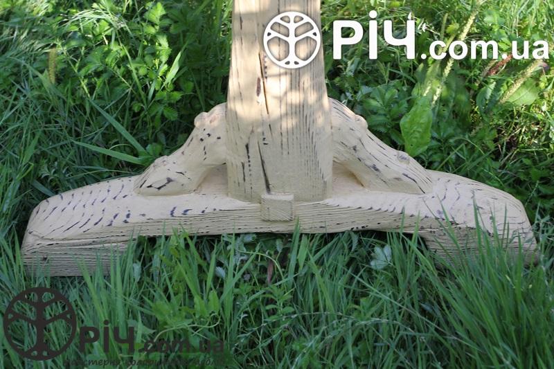 Будь яка господиня буде в захваті від такого дерев'яного столу під старовину.