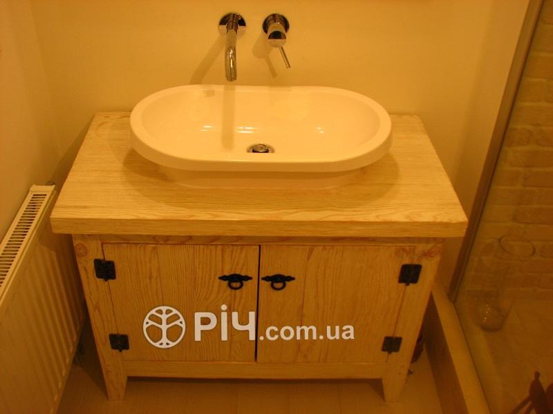 Завдяки сучасним водорозчинним лакам меблі з дерева для ванної відмінно захищені, навіть при тривалому контакті з водою. Сучасні нетоксичні покриття надійно захищають дерев'яні меблі.