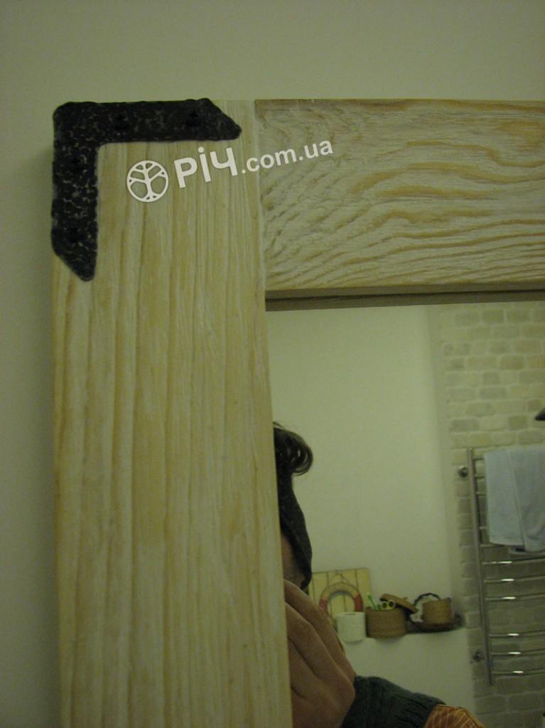 Оригінальні меблі з дерева для ванної з структуруванням сосни, виготовлені на замовлення, додадуть вбиральні теплоти і душевності.