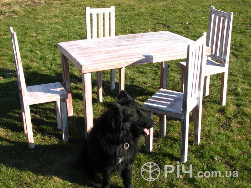 Стіл з дерева і чотири стільці зі спинкою. Меблі стилі шеббі шик з дерева.