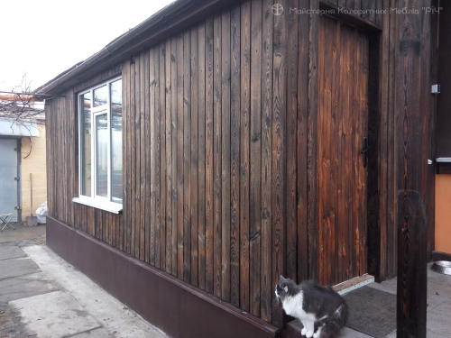 Fasad_ budynku_domu_vypalene_ derevo_sosna